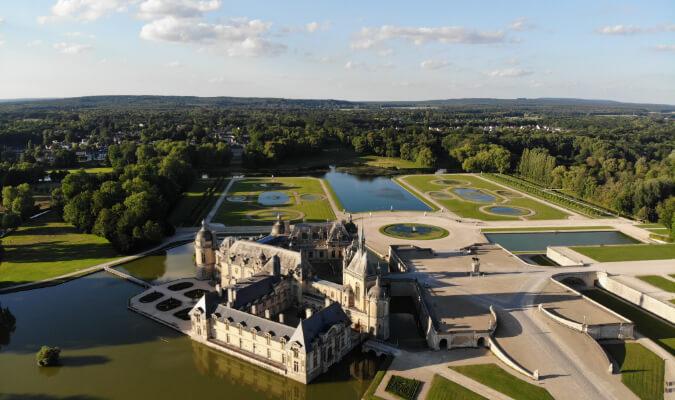 Drohnen-Luftaufnahme von einem Schloss