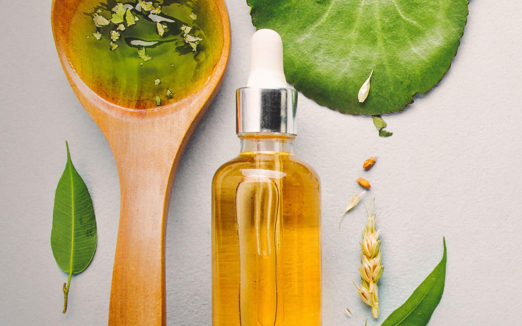 Produktfoto von einem Beauty-Öl und Löffel